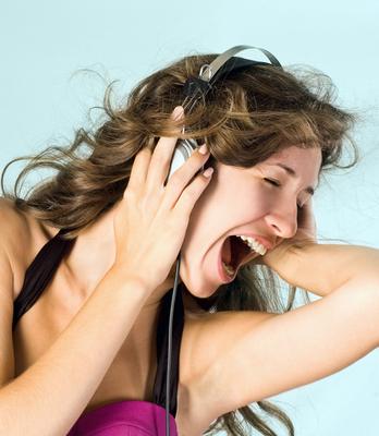 אישה שומעת מוזיקה באוזניות