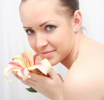 אישה מחזיקה פרח